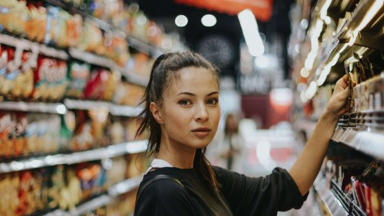 Frau im Supermarkt | © Photo by Joshua Rawson-Harris on Unsplash